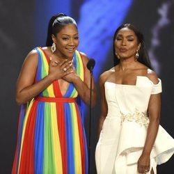 Tiffany Haddish y Angela Bassett presentando un galardón de los Premios Emmy 2018