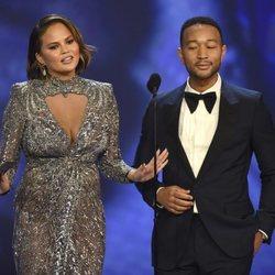 Chrissy Teigen y John Legend entregando un galardón en los Premios Emmy 2018