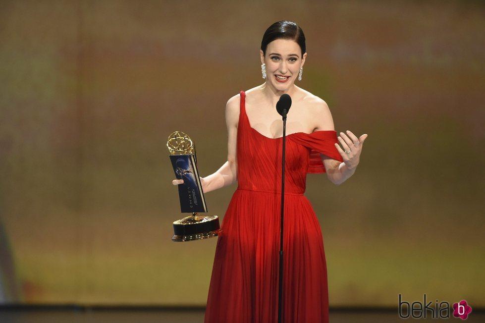 Rachel Brosnahan recogiendo su galardón en los Premios Emmy 2018