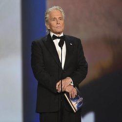 Michael Douglas presentando un galardón de los Premios Emmy 2018