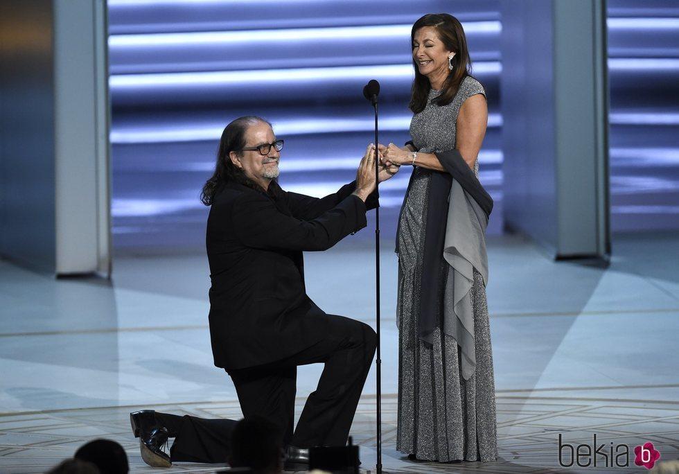Glenn Weiss proponiéndole matrimonio a Jan Svendsen durante la gala de los Premios Emmy 2018