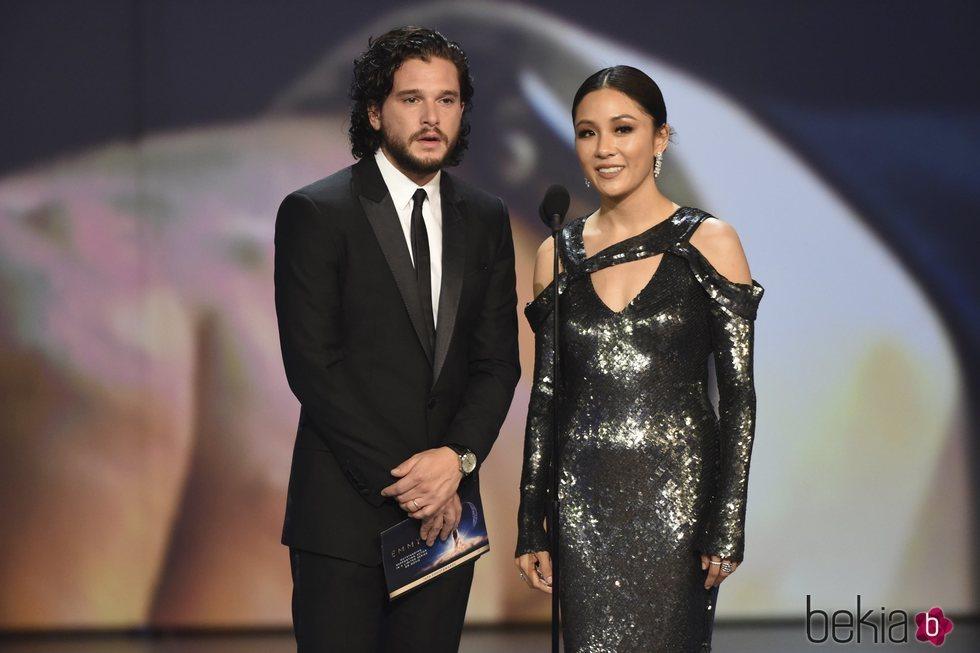 Kit Harington y Constance Wu presentando un galardón de los Premios Emmy 2018