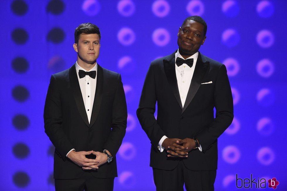 Colin Jost y Michael Che presentando la gala de los Premios Emmy 2018