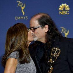 Glenn Weiss besando a su novia tras la petición de matrimonio en los Premios Emmy 2018