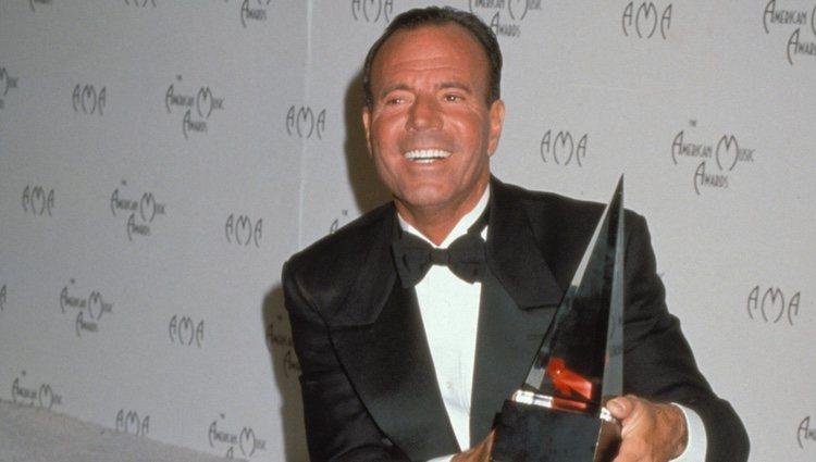 Julio Iglesias gana el premio de artista latino en los American Music Awards de 1998