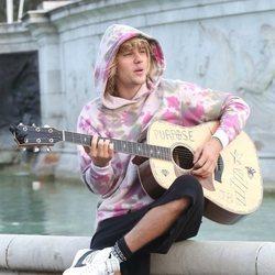 Justin Bieber cantando en la fuente del Palacio de Buckingham