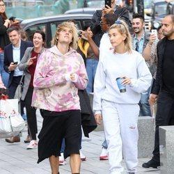Hailey Baldwin y Justin Bieber paseando por Londres