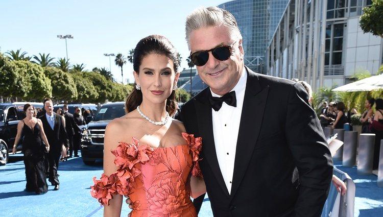 Alec Baldwin y su mujer Hilaria en los Emmy 2018