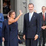 Los Reyes Felipe y Letizia saludando en la Plaza de Oriente a su llegada al Teatro Real