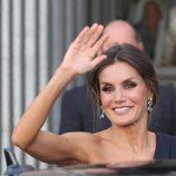 La Reina Letizia saludando a su llegada al Teatro Real de Madrid