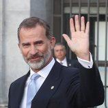 El Rey Felipe saludando a su llegada al Teatro Real de Madrid