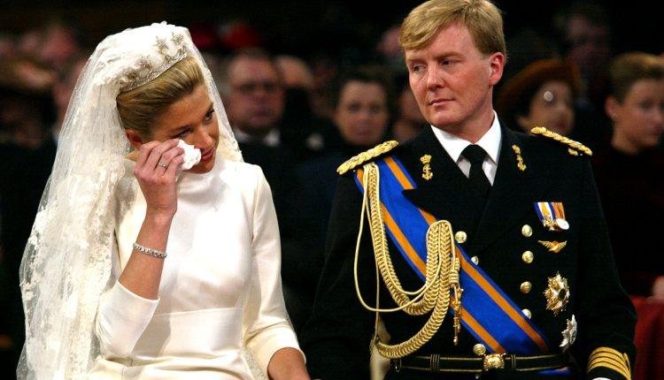Máxima de Holanda secándose las lágrimas el día de su boda
