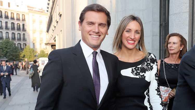 Albert Rivera y Beatriz Tajuelo a su llegada al Teatro Real para la inauguración de la temporada 2018