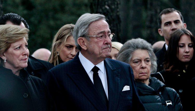 Constantino de Grecia muy emocionado en el funeral en memoria de Pablo de Grecia