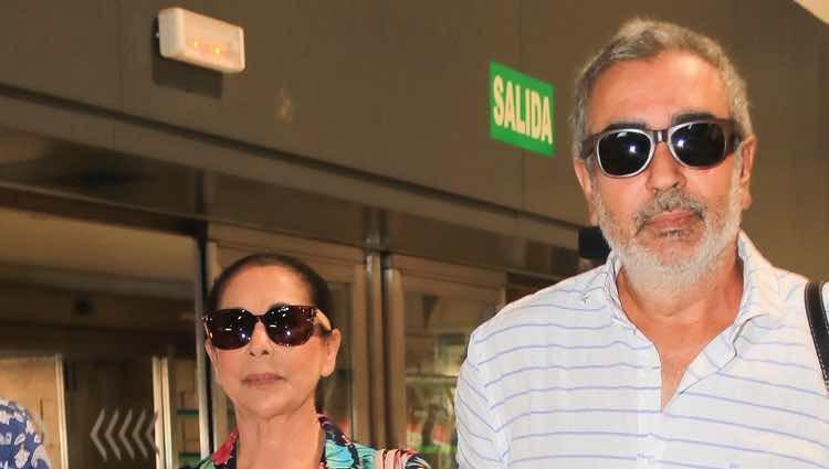Isabel Pantoja con su hermano Agustín en el aeropuerto de Sevilla rumbo a Valencia