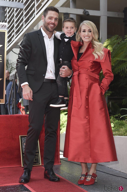 Carrie Underwood junto a su marido e hijo en el Paseo de la Fama