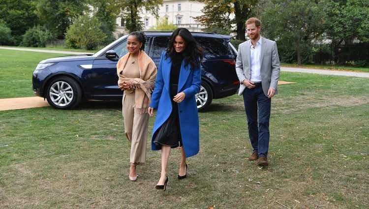 Los Duques de Sussex y Doria Ragland llegando a un evento en los jardines de Kensington
