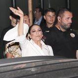 Isabel Pantoja saluda a sus fans en un evento publicitario