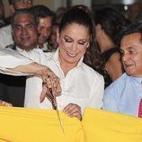 Isabel Pantoja cortando la banda en la inauguración de un evento publicitario
