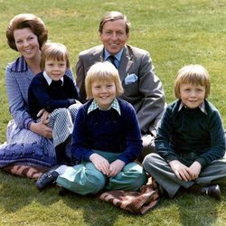 Beatriz de los Países Bajos junto a su marido y sus tres hijos
