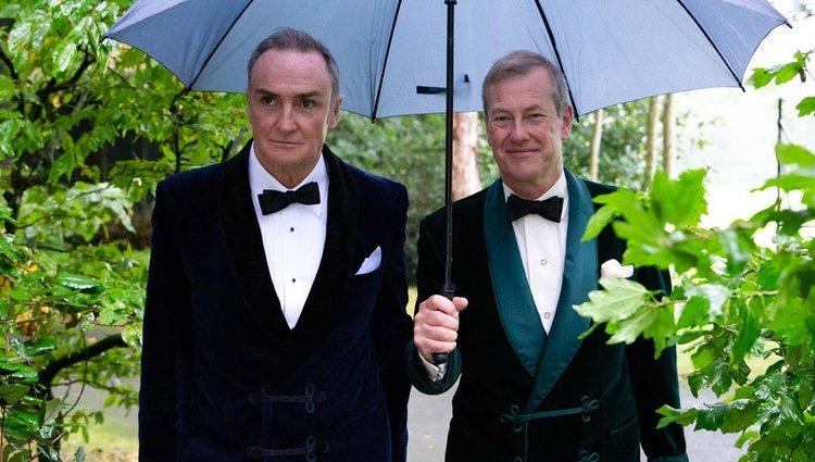 James Coyle y Lord Ivar Mountbatten, primo de la Reina Isabel, recién casados