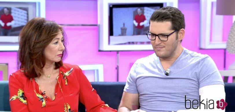 Manu Tenorio en una entrevista con Ana Rosa Quintana