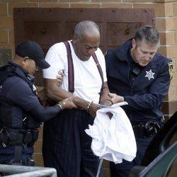 Bill Cosby escoltado por dos policías tras ser condenado a prisión