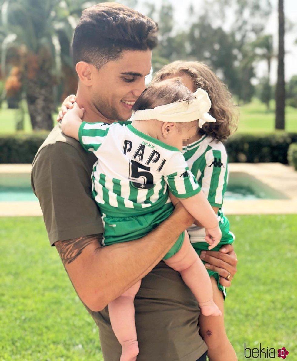 Marc Bartra con sus dos hijas, Gala y Abril