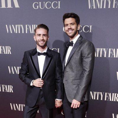 Pelayo Díaz y su marido, Andy McDougall, en la alfombra roja de los premios Vanity Fair 2018