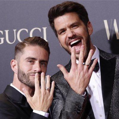 Pelayo Díaz y Andy McDougall presumiendo de sus anillos de casados en la alfombra roja de los premios Vanity Fair 2018