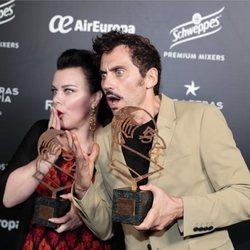 Paco León y Debi Mazar tras recoger el premio Chicote 2018