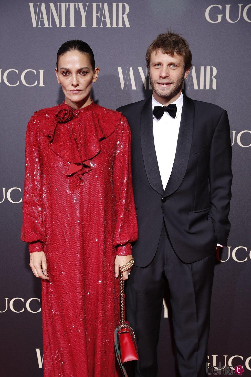 Laura Ponte y su pareja Pedro Letai en la alfombra de la fiesta de Vanity Fair 2018