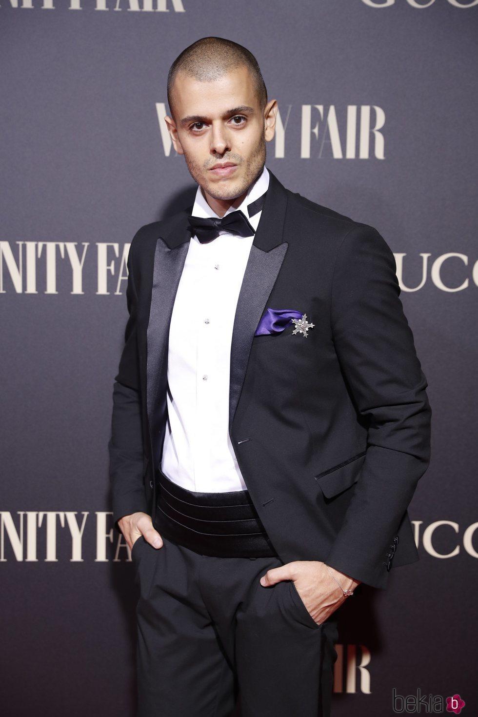 El diseñador Andrés Acosta en la alfombra de la fiesta de Vanity Fair 2018