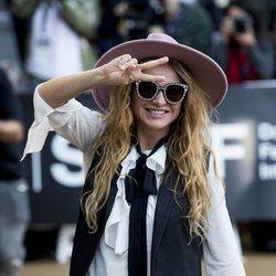 Paulina Rubio saludando en el Festival de Cine de San Sebastián