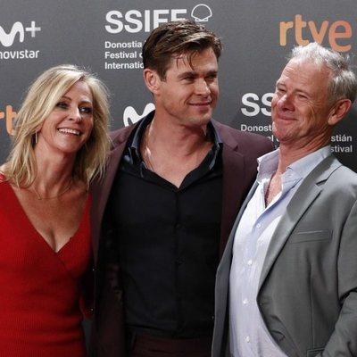 Chris Hemsworth junto a sus padres durante el Festival de San Sebastián 2018