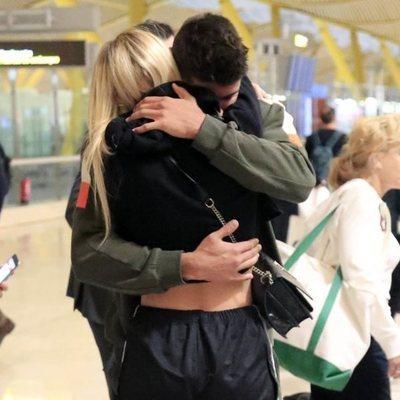 Anita Matamoros y Javier Tudela se despiden en el aeropuerto