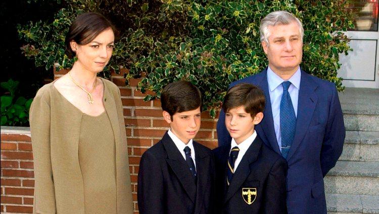 Carlos Fitz-James Stuart junto a Matile Solís y sus dos hijos