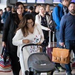 Eva Longoria con su hijo en el Aeropuerto de París