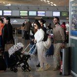 Eva Longoria y José Bastón con su hijo en el aeropuerto de París