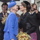 Margarita y Mary de Dinamarca dándose un beso en la Apertura del Parlamento