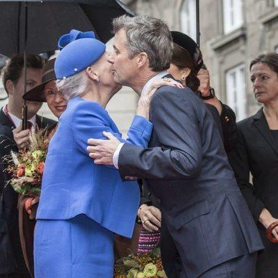 Margarita y Federico de Dinamarca se saludan con un beso en la Apertura del Parlamento