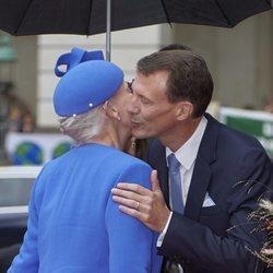 Margarita y Joaquín de Dinamarca se dan un beso en la Apertura del Parlamento