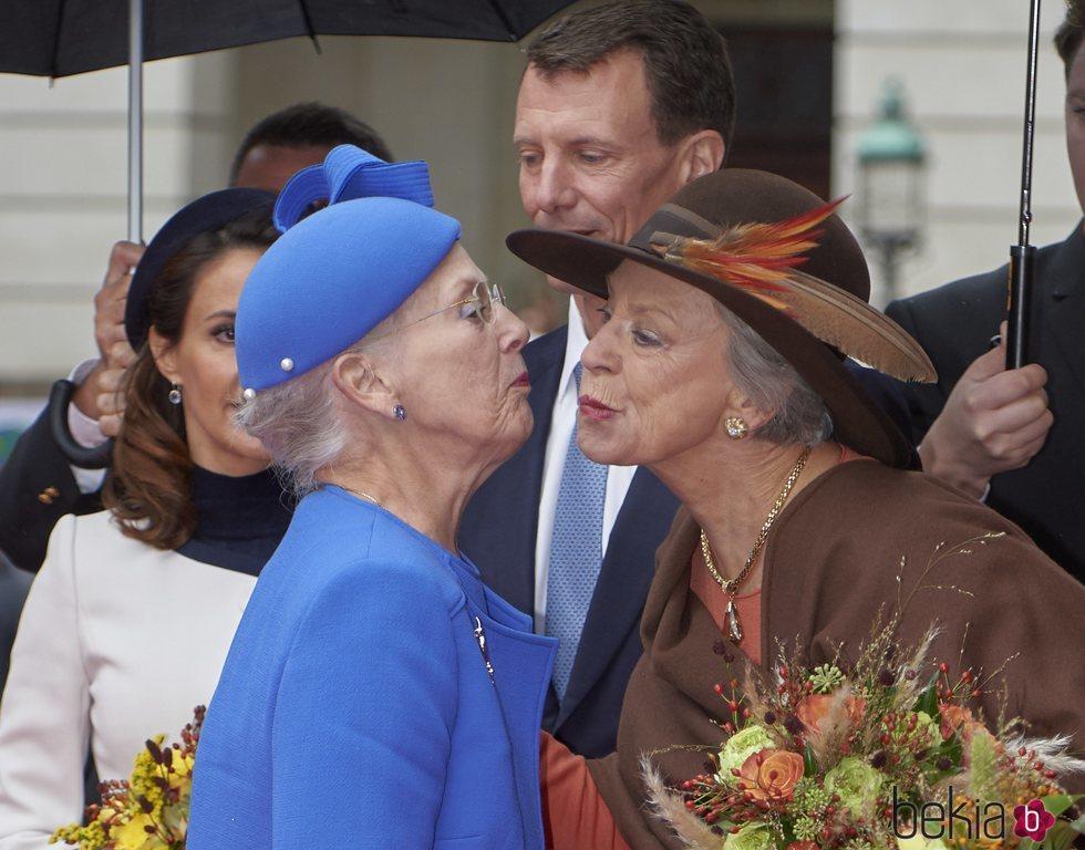 Margarita y Benedicta de Dinamarca dándose un beso en la Apertura del Parlamento