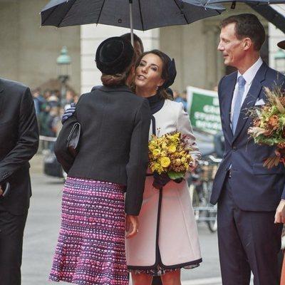 Mary y Marie de Dinamarca se dan un beso en la Apertura del Parlamento