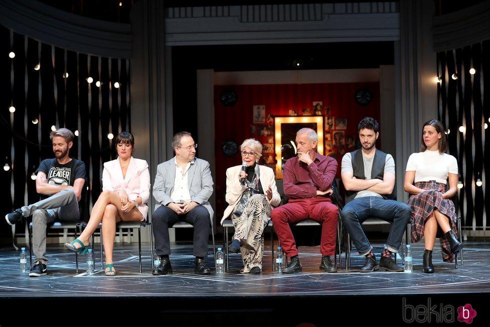 Concha Velasco, Jordi Rebellón, Cristina Abad, Emmanuel Medina y Manuel Velasco en la presentación de 'El Funeral' en Madrid