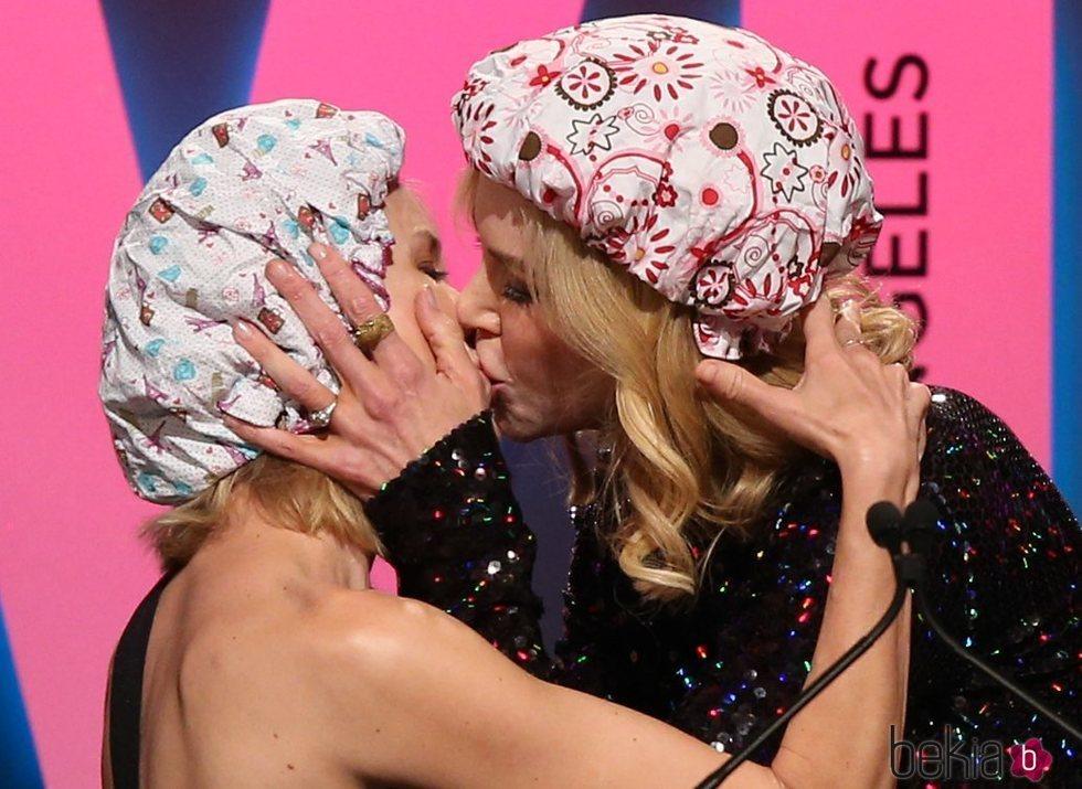Naomi Watts y Nicole Kidman se dan un beso en los Premios Women in Film Crystal + Lucy