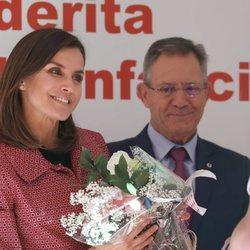 La Reina Letizia recibe unas flores en el Día de la Banderita 2018