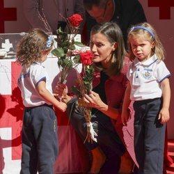 La Reina Letizia con unas niñas en el Día de la Banderita 2018