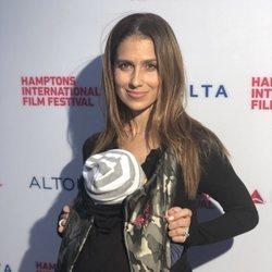 Hilaria Baldwin junto a su bebé en el Festival Internacional de Cine de los Hamptons