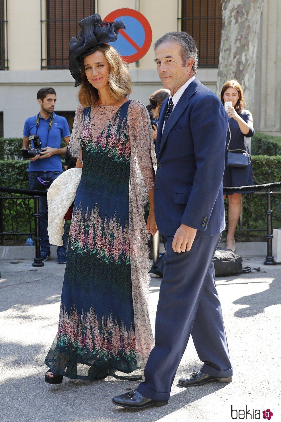 Blanca Suelves y Ioannes Osorio llegando a la boda de Fernando Fitz James-Stuart con Sofía Palazuelo